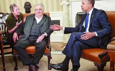 Presidenmte uruguayo José Mujica (izq) conversa con Barack Obama