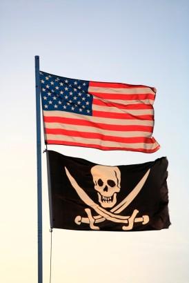bandera-estados-unidos-bandera-pirata-volando-asta-bandera_19485-28690